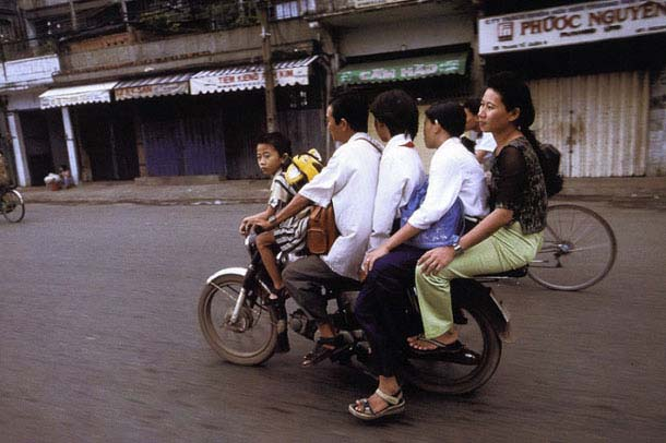 Overloaded-Vietnamese-Motorbikes-That-Defy-Logic-by-Photographer-Hans-Kemp-10