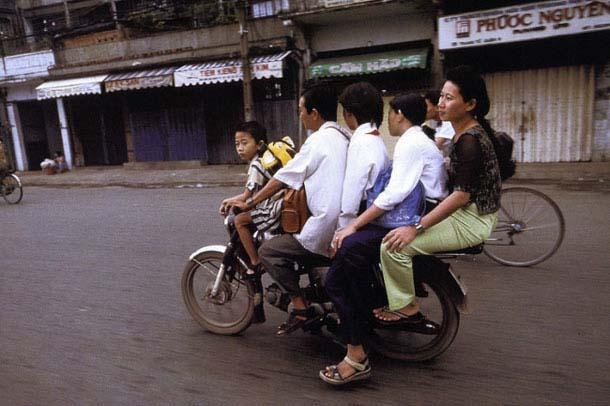 Overloaded-Vietnamese-Motorbikes-That-Defy-Logic-by-Photographer-Hans-Kemp-10