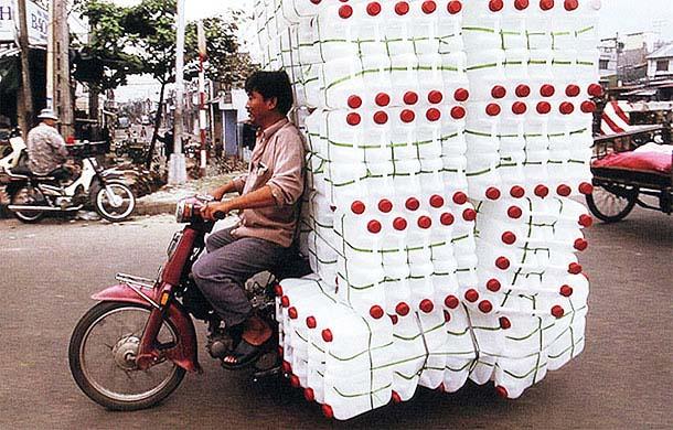 Overloaded-Vietnamese-Motorbikes-That-Defy-Logic-by-Photographer-Hans-Kemp-2