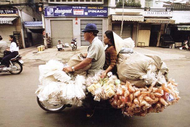 Overloaded-Vietnamese-Motorbikes-That-Defy-Logic-by-Photographer-Hans-Kemp-4