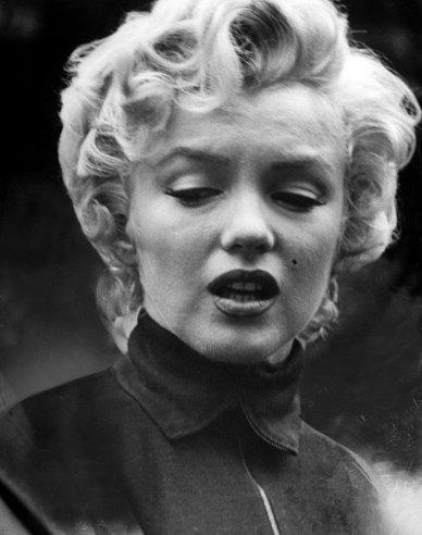 مرلین مونرو وقتی دادخواست طلاقش از جو دیماجیو را ثبت کرده بود، بورلی هیلز، اکتبر 1954