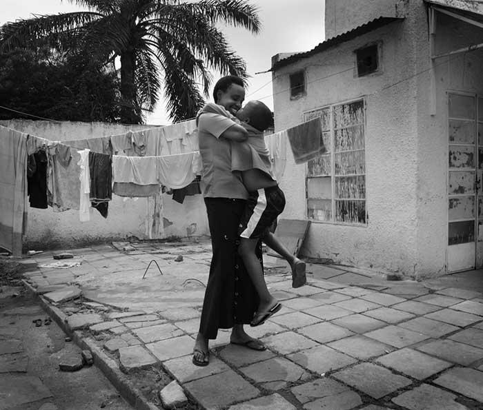 مادری با دستان بریده، فرشته در چشمان دخترش